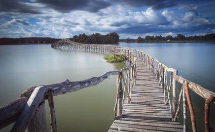 Ponte di legno sull'acqua